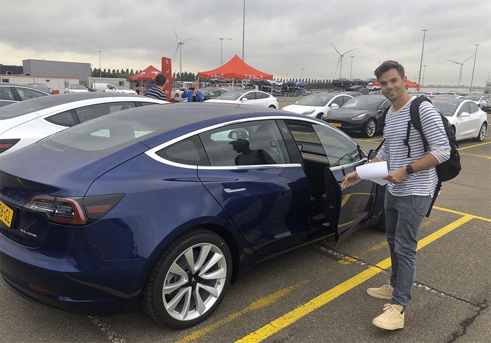 Bard haalt zijn Model 3 op in Amsterdam